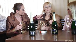 Erotic sex involving glamour pornstars pleasuring one lucky stud